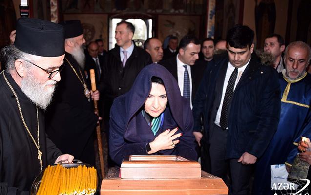 Orta məktəbdə oldu, kilsədə şam yandırdı - Zurabişvili Qaxda