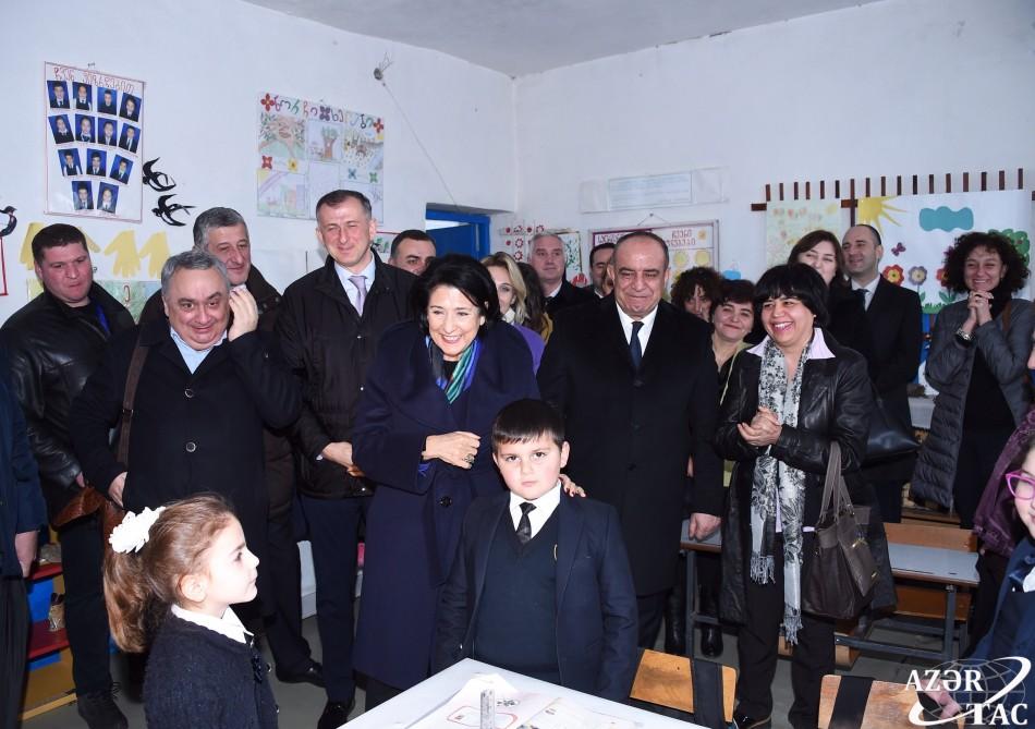 Gürcüstan prezidenti Zurabişvili Qax rayonunda məktəbə baş çəkib