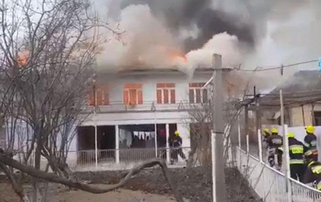 Sahibi dəm qazından boğulan ev yandı