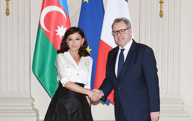 Mehriban Əliyeva Rişar Ferranı Bakıya dəvət edib