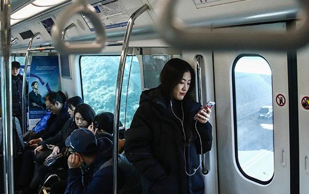 Seulda metro qatarı relsdən çıxıb