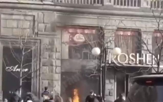 Kiyevdə Poroşenkonun şirniyyat mağazası yandırıldı