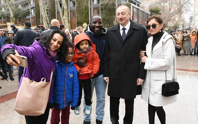 Prezident Fəvvarələr meydanında vətəndaşlarla bayramlaşdı