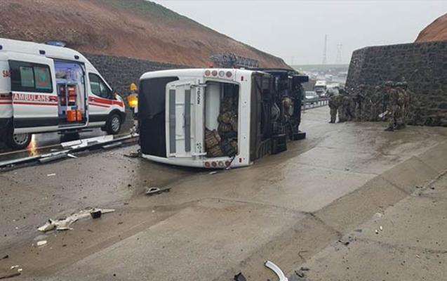 Türkiyədə hərbçilər olan avtobus aşdı, ölən var