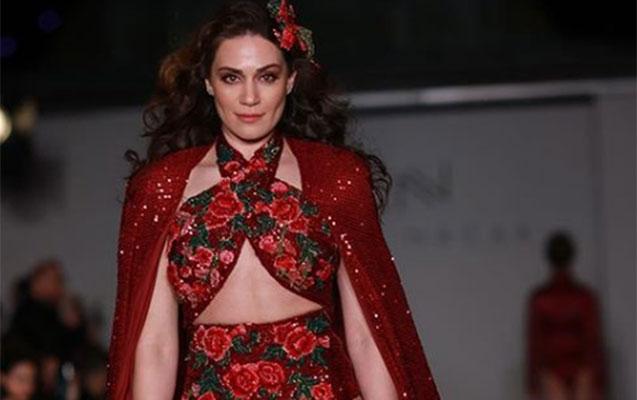 Tanınmış aktrisa model kimi podiuma çıxdı