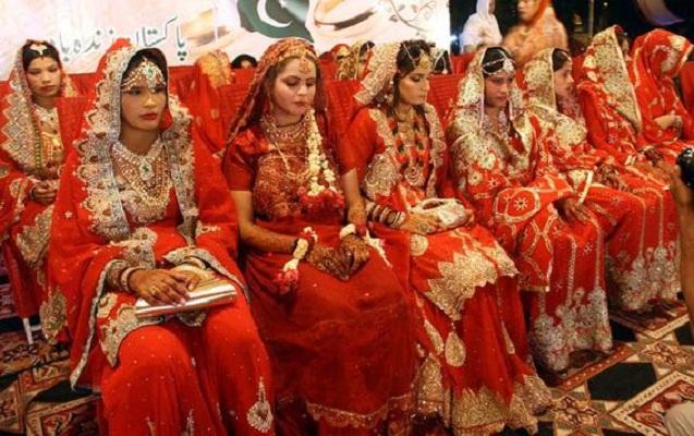 Pakistanda 100 cütlük eyni anda evləndi