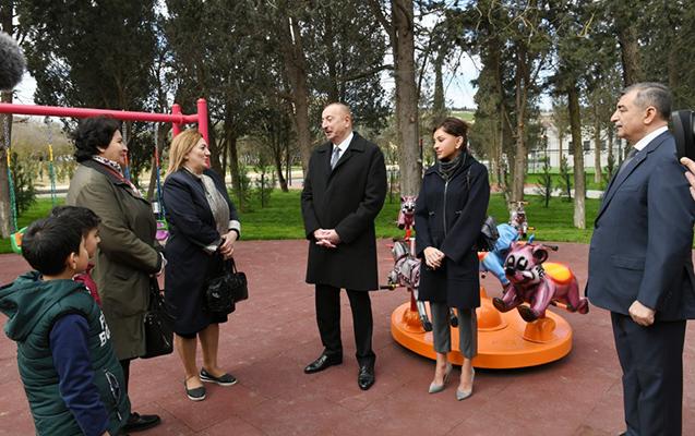 Prezident parkda sakinlərlə görüşdü