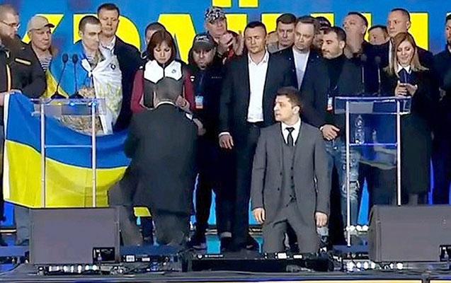 Poroşenko ilə Zelenskinin debatı bitdi - Diz çökdülər+Video