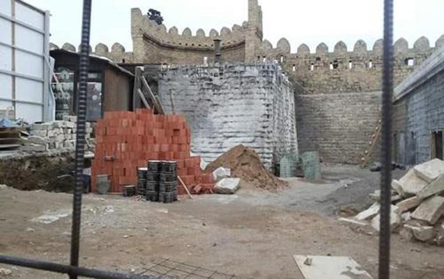 Qala divarlarının qarşısında restoran tikilir