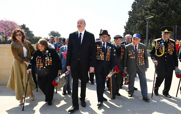 Prezidentlə xanımı Qələbənin 74-cü ildönümü mərasimində