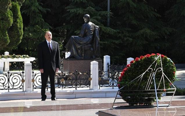 Prezident ailəsi ilə Fəxri xiyabanda