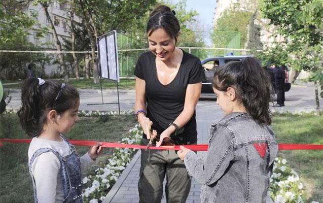 Leyla Əliyeva yeni həyətin açılışını etdi
