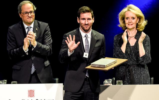Messi Kroyffun aldığı mükafatı aldı
