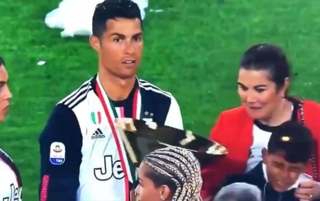 Ronaldo kuboku oğlunun başına vurdu