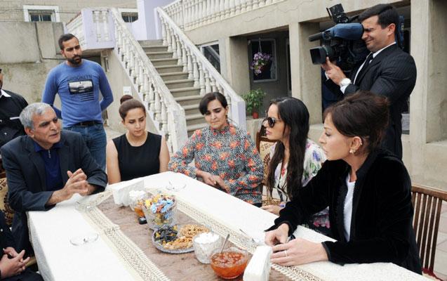 Mehriban Əliyeva onu qonaq çağıran sakinin evinə getdi