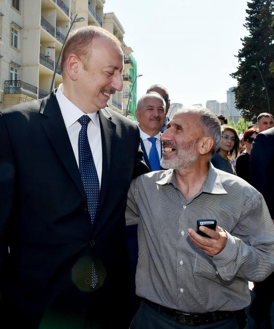 Prezident Bakı sakinləri ilə görüşdü - Video + Fotolar