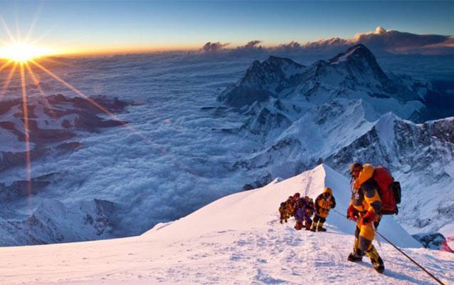 Everestə çıxan 2 alpinist yıxılaraq öldü