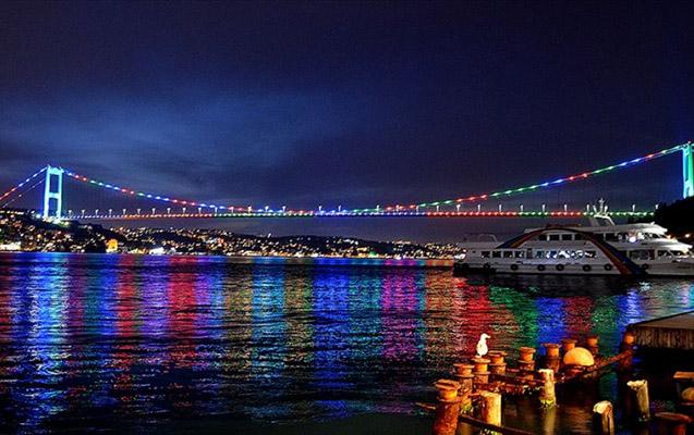 İstanbulun rəmzləri olan 3 körpü Azərbaycan bayrağı rəngində - Tarixdə ilk