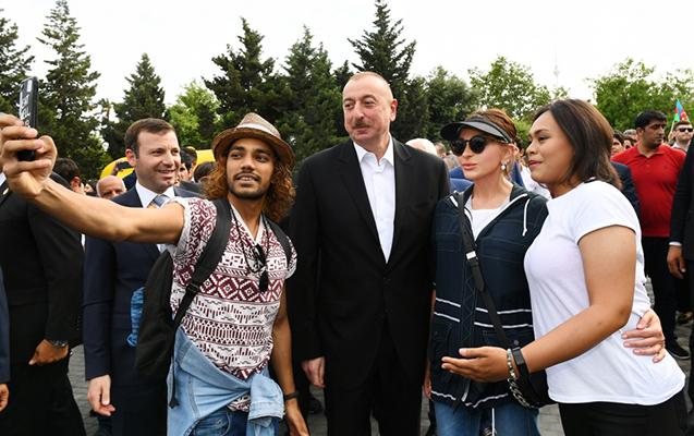 Prezident ailəsi ilə birgə bulvarda gəzintiyə çıxıb