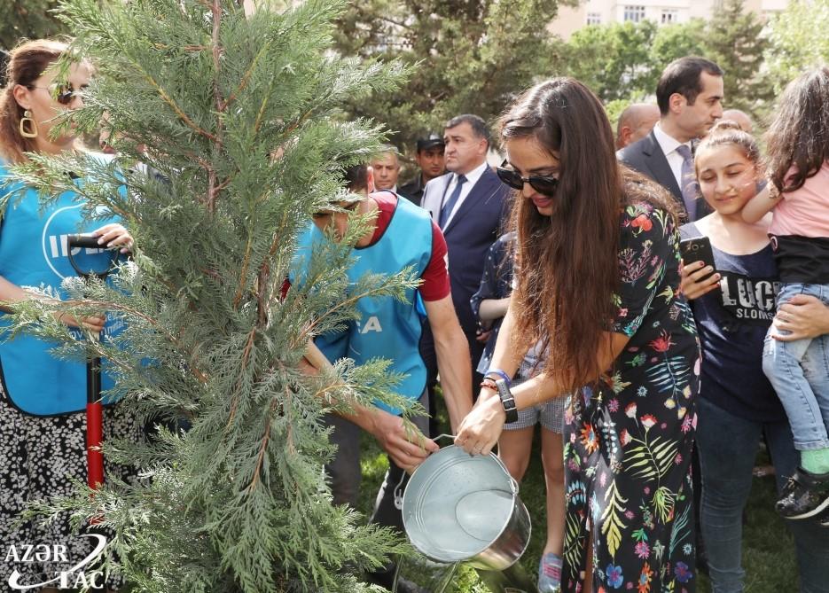 Leyla Əliyeva sakinlərlə açılışda - Fotolar