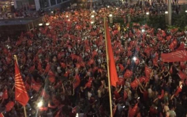İstanbul İmamoğlunun qələbəsini qeyd edir