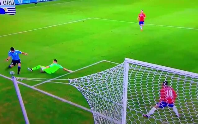 Qapıçı əllə oynadı, Suares penalti istədi