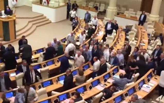 Gürcüstan parlamentində dava - Video
