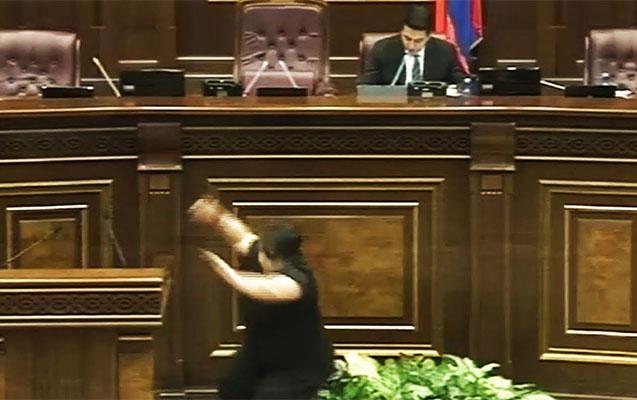 Ermənistanda Şura üzvlüyünə namizəd tribunadan yıxıldı