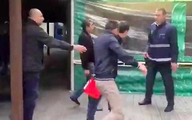 Azərbaycanlı rus məmurların üzərinə benzin tökdü