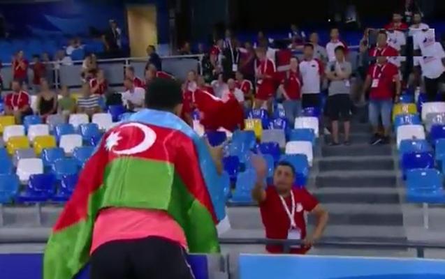 Tribunada Türkiyə bayrağını görüb aldı