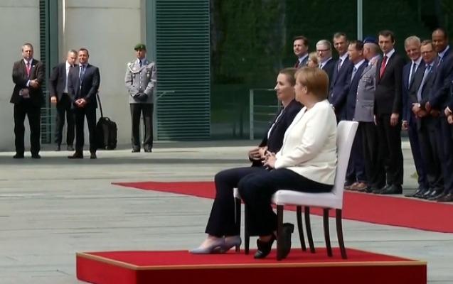 3 dəfə ayaq üstə titrəyən Merkel bu dəfə oturdu