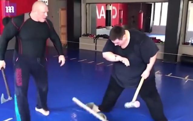 MMA döyüşçüsü rəqibini balta ilə yaraladı