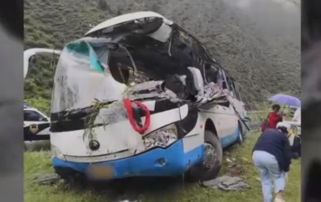 Çində qaya parçası avtobusu aşırdı, 8 ölü var
