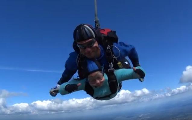 Paraşütlə tullanan 10 yaşlı qız rekorda imza atdı