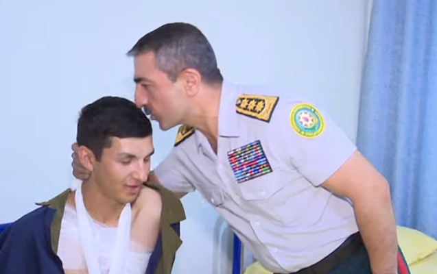 Elçin Quliyev yaralı əsgərin başından öpdü - Video