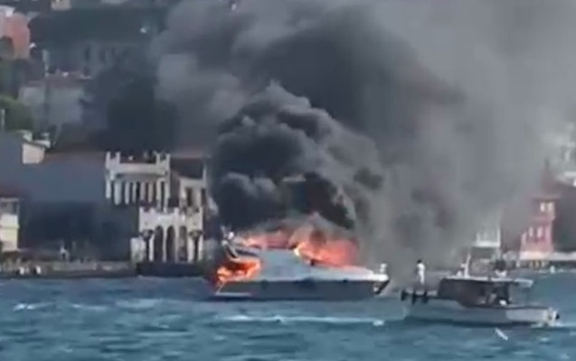 İstanbulda yaxta yandı