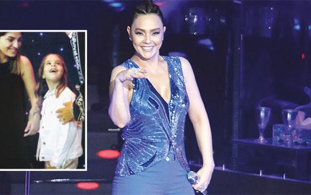 Ebrunun kameralardan uzaq tutduğu qızı anasının konsertində