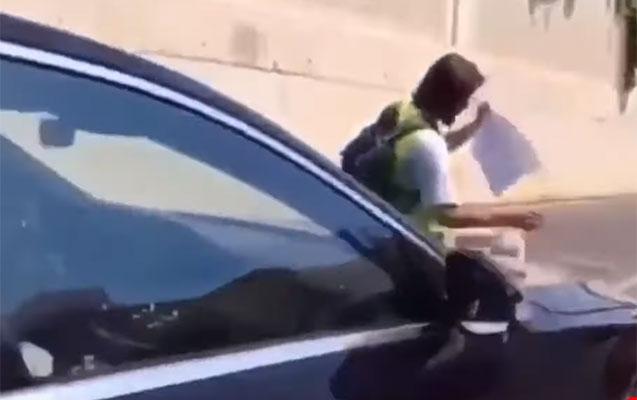 Abid Şərifovun maşınının üstünə çıxan jurnalist işdən çıxarıldı - Video