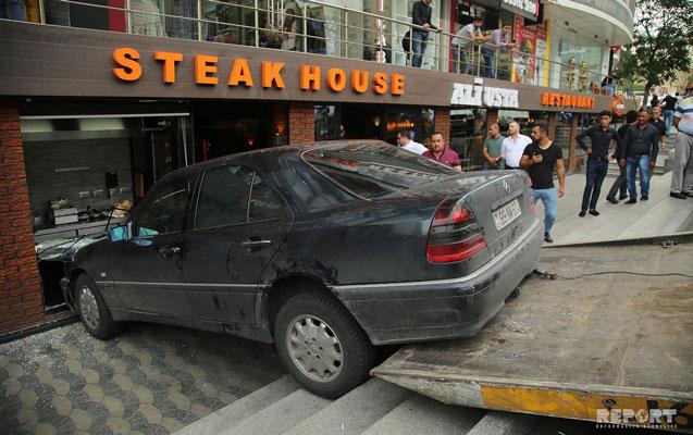 Bakıda avtomobil restorana çırpıldı