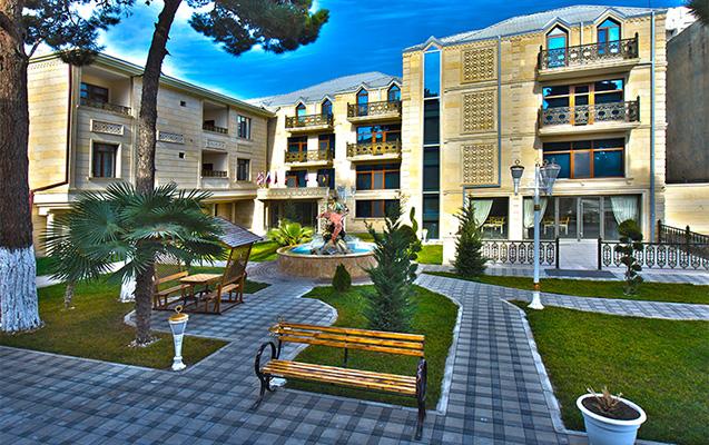 Azyaşlı uşaq və əmisi otel balkonundan yıxıldı - Gəncədə