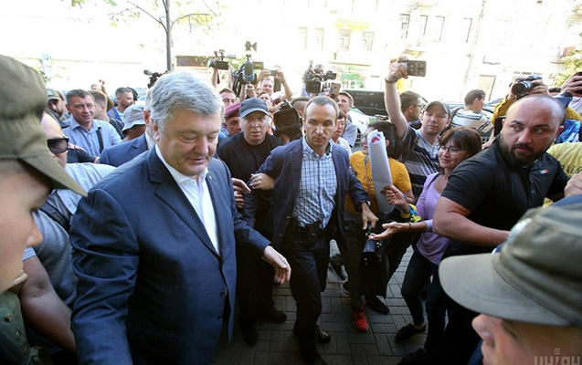 DTB-də dindirilən Poroşenkoya yumurta atdılar