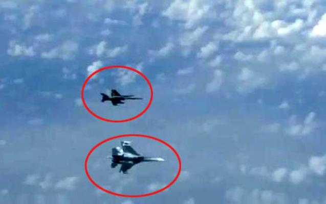 Şoyqunun təyyarəsinə F-18 yaxınlaşdı, SU-27-lər müdaxilə etdi - Video