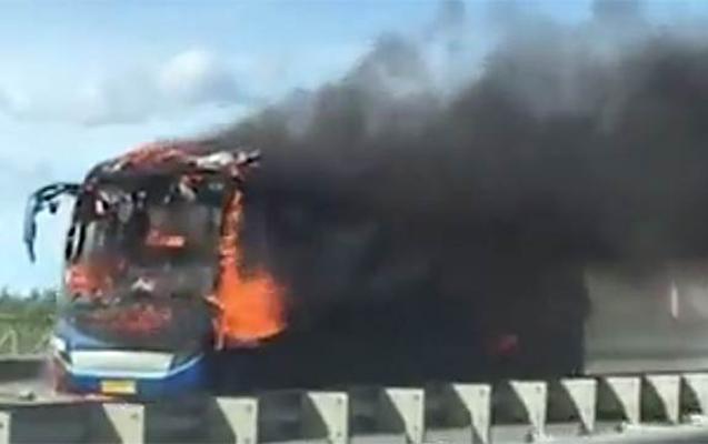 Peterburqda içərisində 25 sərnişin olan toy avtobusu yandı