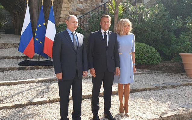 Biricit Makron Putinlə şəkil çəkdirmək üçün sarğısını açdı