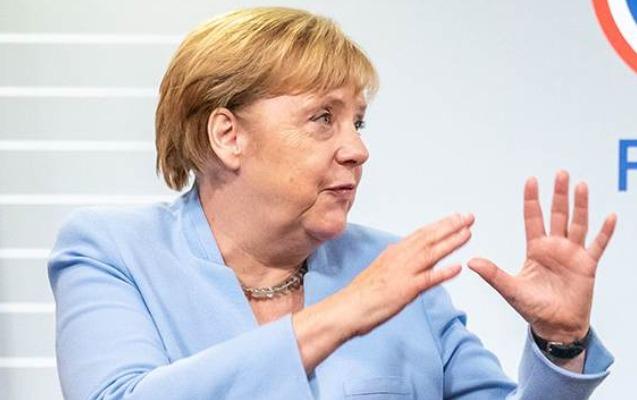 Merkel Putinlə Zelenskini danışıqlara çağırdı