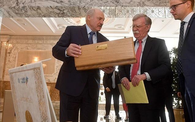 Lukaşenkonun Boltona hədiyyəsi diqqət çəkdi