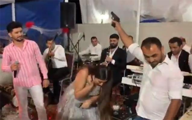 Damlanın oxuduğu toyda silahdan atəş açıldı - Video