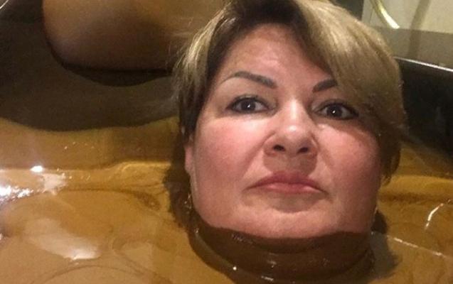 """Məmurun Naftalanda """"şokolad vannası""""ndan fotosu"""