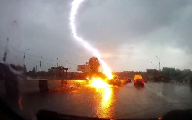 Rusiyada avtomobili ildırım vurdu