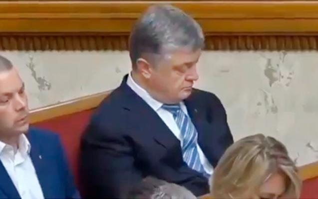Poroşenko parlamentdə yatıb qaldı...